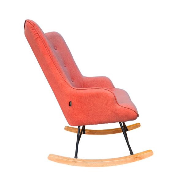 Roze schommelstoel voor in de babykamer