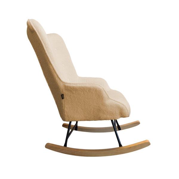 Beige schommelstoel met schaapjesstof voor in de babykamer